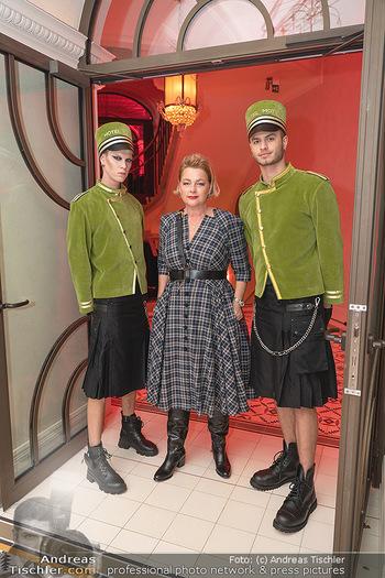Eröffnung - Hotel Motto, Wien - Fr 01.10.2021 - Fanny HOLZER-LUSCHNIG mit Hotelpagen93