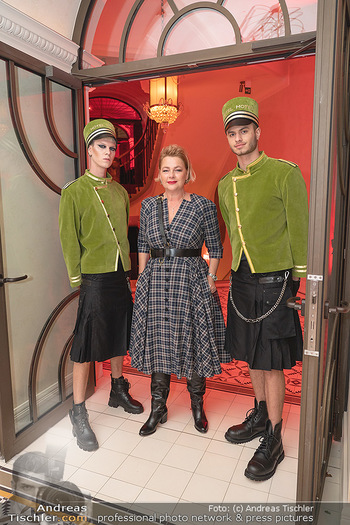 Eröffnung - Hotel Motto, Wien - Fr 01.10.2021 - Fanny HOLZER-LUSCHNIG mit Hotelpagen94