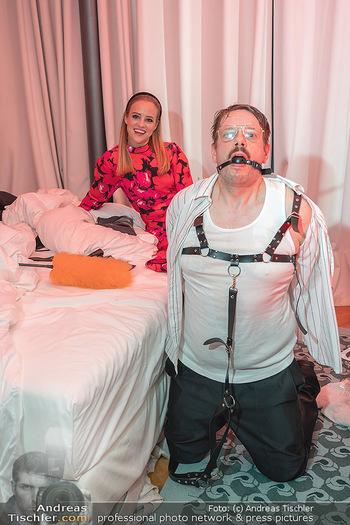 Eröffnung - Hotel Motto, Wien - Fr 01.10.2021 - lustige Menschen in einem Hotelzimmer102