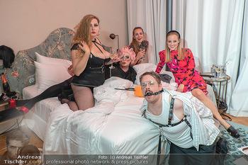 Eröffnung - Hotel Motto, Wien - Fr 01.10.2021 - lustige Menschen in einem Hotelzimmer103
