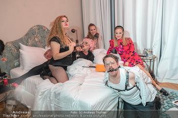 Eröffnung - Hotel Motto, Wien - Fr 01.10.2021 - lustige Menschen in einem Hotelzimmer104