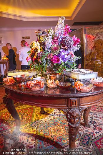 Eröffnung - Hotel Motto, Wien - Fr 01.10.2021 - opulent gedeckter, antiker Tisch mit Blumen und Essen131