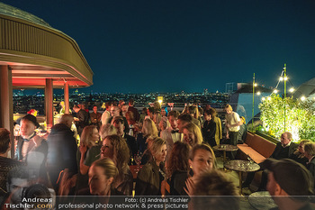Eröffnung - Hotel Motto, Wien - Fr 01.10.2021 - Gäste auf Dachterrasse mit Blick auf Wien163