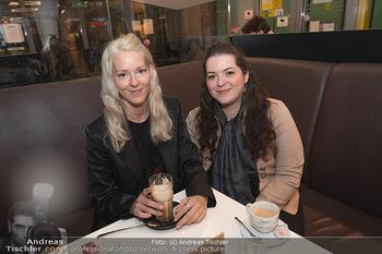 Kinopremiere ´Hinterland´ - Village Cinema, Wien - Do 07.10.2021 - Simone REILÄNDER mit Schwester Sonja38