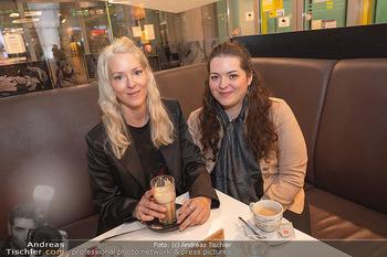 Kinopremiere ´Hinterland´ - Village Cinema, Wien - Do 07.10.2021 - Simone REILÄNDER mit Schwester Sonja39
