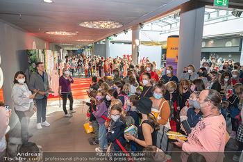 Kinopremiere ´Die Schule der magischen Tiere´ - Cineplexx Donauplex - Sa 09.10.2021 - großer Andrang beim Absperrband vor den Filmstars19