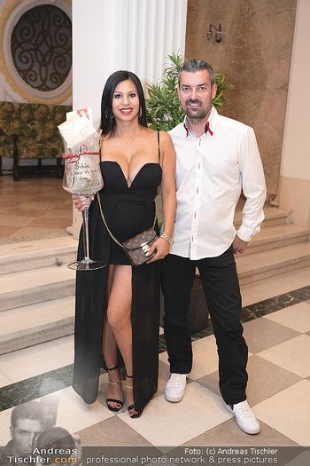 Lugner Verlobung und Geburtstag - Haus der Industrie, Wien - Sa 09.10.2021 - Nina Bambi BRUCKNER mit Ehemann Senad6