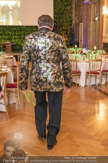 Lugner Verlobung und Geburtstag - Haus der Industrie, Wien - Sa 09.10.2021 - Richard LUGNER von hinten, Sakko glitzer-camouflage Look14