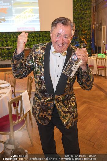 Lugner Verlobung und Geburtstag - Haus der Industrie, Wien - Sa 09.10.2021 - Richard LUGNER mit Lugneroff Vodka Flasche16