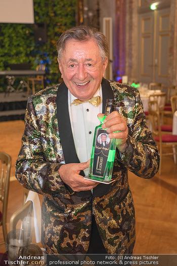 Lugner Verlobung und Geburtstag - Haus der Industrie, Wien - Sa 09.10.2021 - Richard LUGNER mit Lugneroff Vodka Flasche18