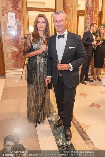 Lugner Verlobung und Geburtstag - Haus der Industrie, Wien - Sa 09.10.2021 - Norbert HOFER mit Ehefrau Verena33