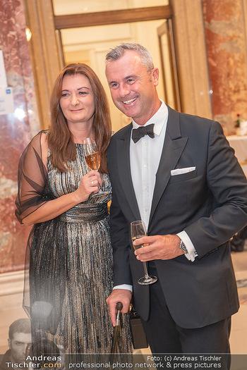 Lugner Verlobung und Geburtstag - Haus der Industrie, Wien - Sa 09.10.2021 - Norbert HOFER mit Ehefrau Verena34