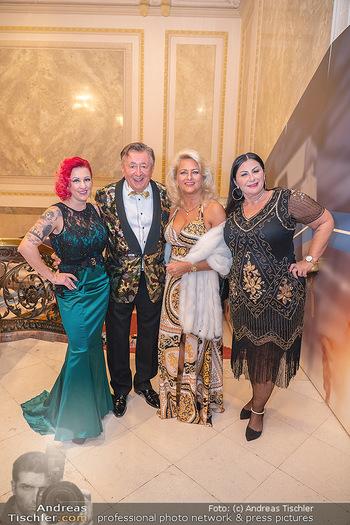 Lugner Verlobung und Geburtstag - Haus der Industrie, Wien - Sa 09.10.2021 - Richad LUGNER mit 3 Tierchen36