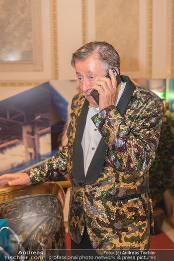 Lugner Verlobung und Geburtstag - Haus der Industrie, Wien - Sa 09.10.2021 - Richard LUGNER telefoniert am Handy46
