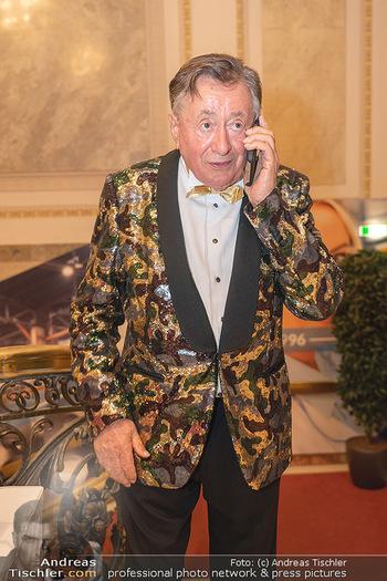Lugner Verlobung und Geburtstag - Haus der Industrie, Wien - Sa 09.10.2021 - Richard LUGNER telefoniert am Handy47