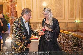 Lugner Verlobung und Geburtstag - Haus der Industrie, Wien - Sa 09.10.2021 - Richard LUGNER, Simone REILÄNDER (Übergabe von Ketterl, Schmuc56