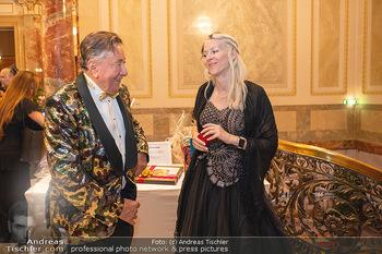 Lugner Verlobung und Geburtstag - Haus der Industrie, Wien - Sa 09.10.2021 - Richard LUGNER, Simone REILÄNDER (Übergabe von Ketterl, Schmuc57
