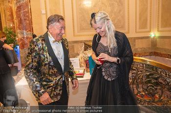 Lugner Verlobung und Geburtstag - Haus der Industrie, Wien - Sa 09.10.2021 - Richard LUGNER, Simone REILÄNDER (Übergabe von Ketterl, Schmuc58