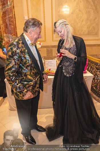 Lugner Verlobung und Geburtstag - Haus der Industrie, Wien - Sa 09.10.2021 - Richard LUGNER, Simone REILÄNDER (Übergabe von Ketterl, Schmuc59