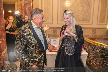 Lugner Verlobung und Geburtstag - Haus der Industrie, Wien - Sa 09.10.2021 - Richard LUGNER, Simone REILÄNDER (Übergabe von Ketterl, Schmuc60