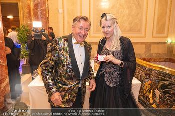 Lugner Verlobung und Geburtstag - Haus der Industrie, Wien - Sa 09.10.2021 - Richard LUGNER, Simone REILÄNDER (Übergabe von Ketterl, Schmuc62