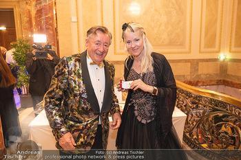 Lugner Verlobung und Geburtstag - Haus der Industrie, Wien - Sa 09.10.2021 - Richard LUGNER, Simone REILÄNDER (Übergabe von Ketterl, Schmuc63