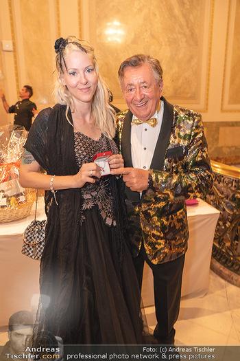 Lugner Verlobung und Geburtstag - Haus der Industrie, Wien - Sa 09.10.2021 - Richard LUGNER, Simone REILÄNDER (Übergabe von Ketterl, Schmuc65