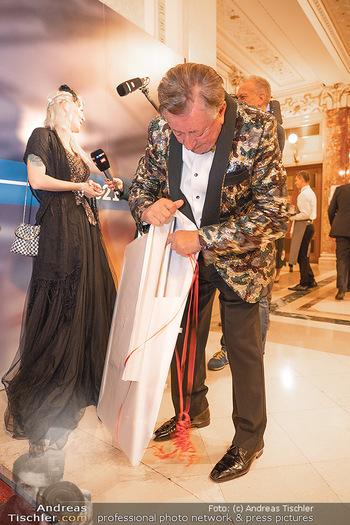 Lugner Verlobung und Geburtstag - Haus der Industrie, Wien - Sa 09.10.2021 - Richard LUGNER beim Geschenke auspacken72