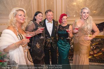 Lugner Verlobung und Geburtstag - Haus der Industrie, Wien - Sa 09.10.2021 - Richard LUGNER mit Love-Boat Damen104
