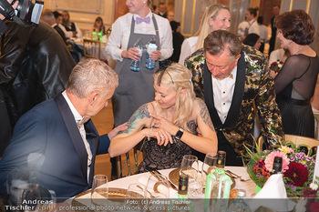 Lugner Verlobung und Geburtstag - Haus der Industrie, Wien - Sa 09.10.2021 - Arthur WORSEG begutachtet Tatoos von Simone REILÄNDER, Richard 125