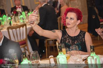 Lugner Verlobung und Geburtstag - Haus der Industrie, Wien - Sa 09.10.2021 - Mariana alias Momo macht Selfie127