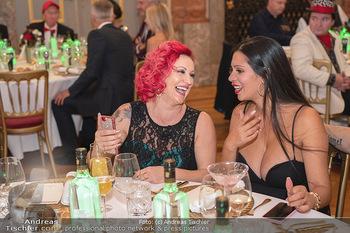 Lugner Verlobung und Geburtstag - Haus der Industrie, Wien - Sa 09.10.2021 - Mariana alias Momo, Nina Bambi BRUCKNER machen Selfie128