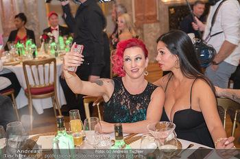 Lugner Verlobung und Geburtstag - Haus der Industrie, Wien - Sa 09.10.2021 - Mariana alias Momo, Nina Bambi BRUCKNER machen Selfie129