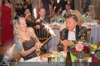 Lugner Verlobung und Geburtstag - Haus der Industrie, Wien - Sa 09.10.2021 - Richard LUGNER, Simone REILÄNDER mit Sprühkerzen, Wunderkerzen148