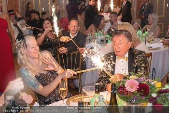 Lugner Verlobung und Geburtstag - Haus der Industrie, Wien - Sa 09.10.2021 - Richard LUGNER, Simone REILÄNDER mit Sprühkerzen, Wunderkerzen149