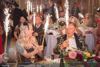 Lugner Verlobung und Geburtstag - Haus der Industrie, Wien - Sa 09.10.2021 - Richard LUGNER, Simone REILÄNDER mit Sprühkerzen, Wunderkerzen150