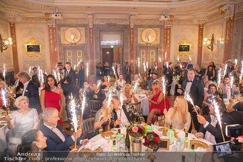 Lugner Verlobung und Geburtstag - Haus der Industrie, Wien - Sa 09.10.2021 - Richard LUGNER, Simone REILÄNDER mit Sprühkerzen, Wunderkerzen151