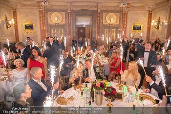 Lugner Verlobung und Geburtstag - Haus der Industrie, Wien - Sa 09.10.2021 - Richard LUGNER, Simone REILÄNDER mit Sprühkerzen, Wunderkerzen152