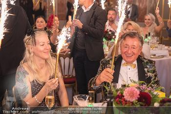 Lugner Verlobung und Geburtstag - Haus der Industrie, Wien - Sa 09.10.2021 - Richard LUGNER, Simone REILÄNDER mit Sprühkerzen, Wunderkerzen153