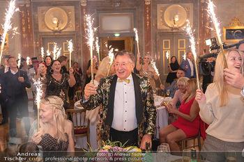 Lugner Verlobung und Geburtstag - Haus der Industrie, Wien - Sa 09.10.2021 - Richard LUGNER, Simone REILÄNDER mit Sprühkerzen, Wunderkerzen154