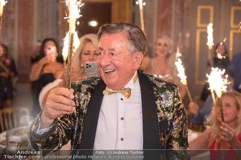 Lugner Verlobung und Geburtstag - Haus der Industrie, Wien - Sa 09.10.2021 - Richard LUGNER mit Sprühkerzen, Wunderkerzen155