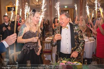 Lugner Verlobung und Geburtstag - Haus der Industrie, Wien - Sa 09.10.2021 - Richard LUGNER, Simone REILÄNDER mit Sprühkerzen, Wunderkerzen157