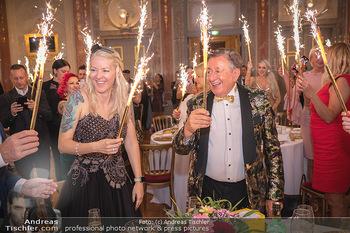 Lugner Verlobung und Geburtstag - Haus der Industrie, Wien - Sa 09.10.2021 - Richard LUGNER, Simone REILÄNDER mit Sprühkerzen, Wunderkerzen158