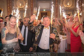 Lugner Verlobung und Geburtstag - Haus der Industrie, Wien - Sa 09.10.2021 - Richard LUGNER, Simone REILÄNDER mit Sprühkerzen, Wunderkerzen159