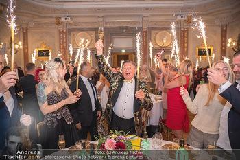 Lugner Verlobung und Geburtstag - Haus der Industrie, Wien - Sa 09.10.2021 - Richard LUGNER, Simone REILÄNDER mit Sprühkerzen, Wunderkerzen160