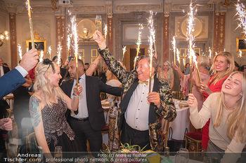 Lugner Verlobung und Geburtstag - Haus der Industrie, Wien - Sa 09.10.2021 - Richard LUGNER, Simone REILÄNDER mit Sprühkerzen, Wunderkerzen161