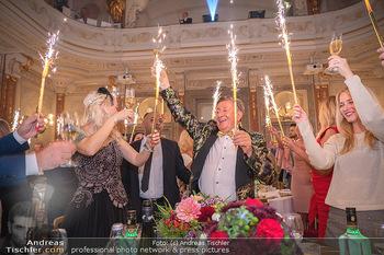 Lugner Verlobung und Geburtstag - Haus der Industrie, Wien - Sa 09.10.2021 - Richard LUGNER, Simone REILÄNDER mit Sprühkerzen, Wunderkerzen162