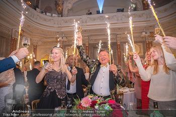 Lugner Verlobung und Geburtstag - Haus der Industrie, Wien - Sa 09.10.2021 - Richard LUGNER, Simone REILÄNDER mit Sprühkerzen, Wunderkerzen163