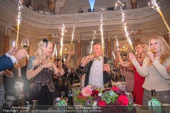 Lugner Verlobung und Geburtstag - Haus der Industrie, Wien - Sa 09.10.2021 - Richard LUGNER, Simone REILÄNDER mit Sprühkerzen, Wunderkerzen164