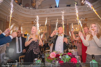 Lugner Verlobung und Geburtstag - Haus der Industrie, Wien - Sa 09.10.2021 - Richard LUGNER, Simone REILÄNDER mit Sprühkerzen, Wunderkerzen165